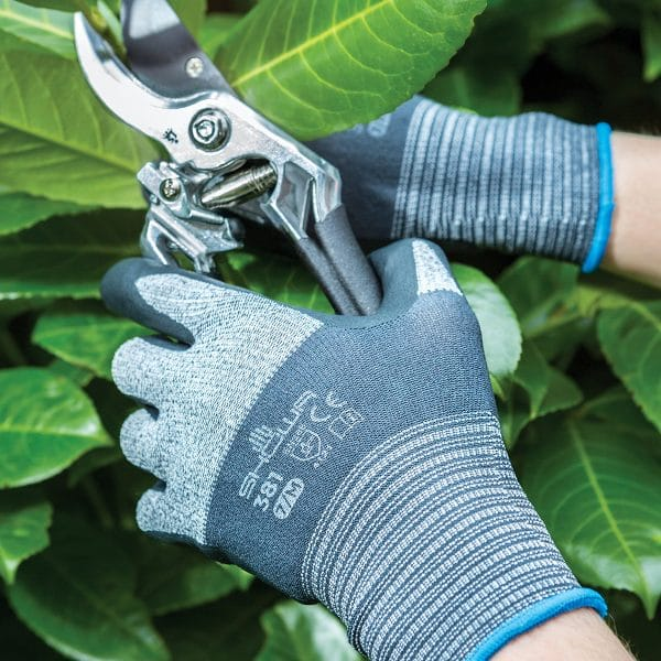 SHOWA 381 gloves using secateurs